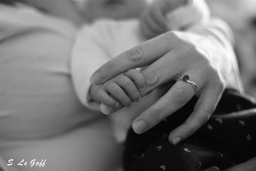 Main de bébé tenant la main de sa maman