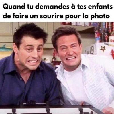 Joey et Chandler sourient